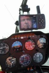 Beromuenster  Schweiz  Hubschrauberpilot waehrend eines Fluges im Cockpit