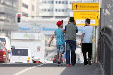 Berlin  Deutschland  Teenager laufen eine Strasse entlang