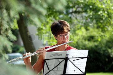 Berlin  Deutschland  eine Frau spielt auf einer Querfloete