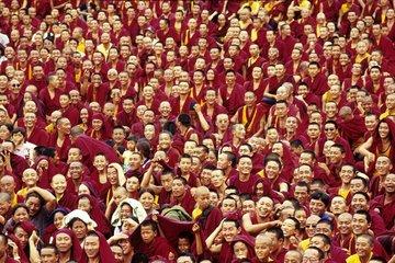 Indien Bylakuppe Moenchsversammlung im Kloster Sera