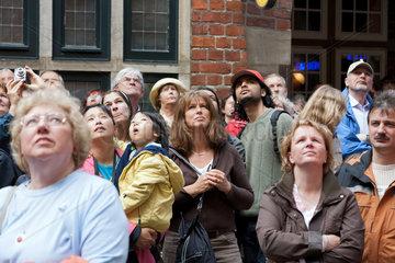 Bremen  Deutschland  Touristen bestaunen das Glockenspiel in der Boettcherstrasse
