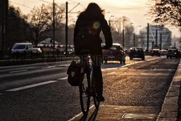 Radfahrerin im Berliner Strassenverkehr