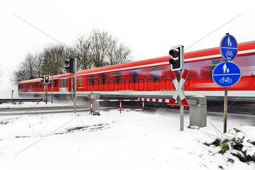 roter Personenzug im Winter