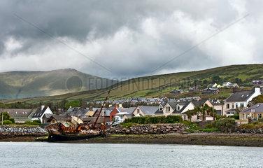 Dingle  Irland  ein Schiffswrack an der Kueste