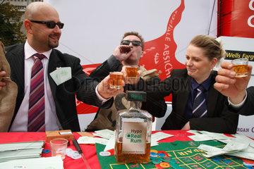 Berlin  Deutschland  Parodie am Bankenaktionstag  Banker spielen Roulette und stossen an