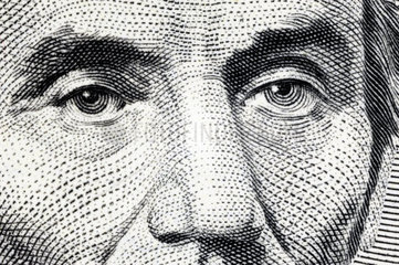 Fragende Augen von Abraham Lincoln auf einem Fuenf-Dollar-Schein  USA-Schuldenkrise