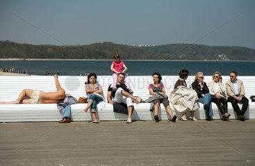 Sopot  Polen  einheimische Touristen auf der Sopoter Mole