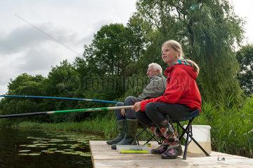 Gallin-Kuppentin  Deutschland  Grossvater und Enkelin angeln am Daschower See