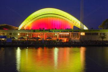 Berlin  das beleuchtete Haus der Kulturen der Welt am Abend