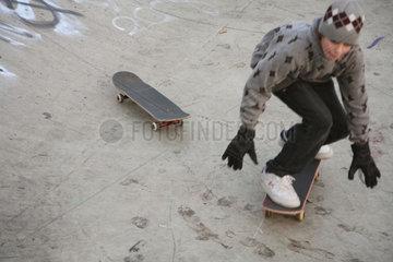 Bremen  Deutschland  Jugendlicher mit Skateboard in der Halfpipe