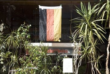 2010  berlin neukoelln  lokal mit deutschlandfahne bei der wm