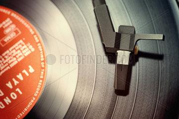 Schallplattenspieler mit Langspielplatte