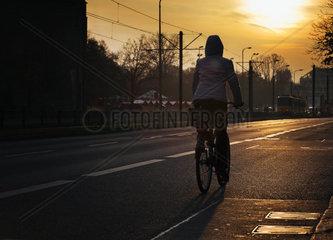 Radfahrerin im Berliner Abendlicht