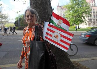 Budapest  Ungarn  Frau mit Arpad- und Nationalfahne von Ungarn