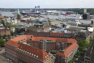 Panoramaansicht von Kiel an der Ostsee in Schleswig-Holstein  Ahlmann-Haus mit Ahlmann-Bank  Alter Markt mit evangelischer Nikolaikirche  Kieler Hafen  HDW-Werft ThyssenKrupp  Kieler Foerde