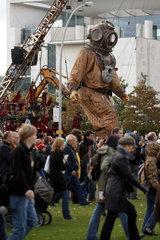 Berlin  Deutschland  der grosse Riese in einer Menschenmenge vor dem Kanzleramt