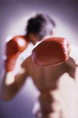 Hamburg  Deutschland  Boxer in Kampfpose mit Boxhandschuhen