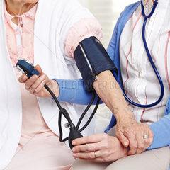 Blutdruckmessung bei Senioren
