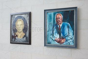 Berlin  Deutschland - Gemaelde von Gerhard Schroeder und Helmut Kohl in der Kanzlergalerie im Bundeskanzleramt.