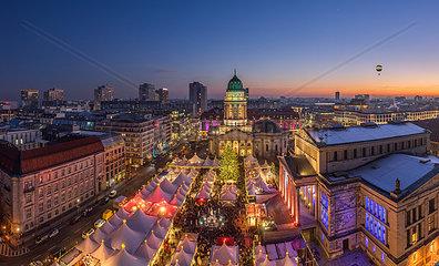 Deutschland  Berlin  Weihnachtsmarkt am Gendarmenmarkt am Abend