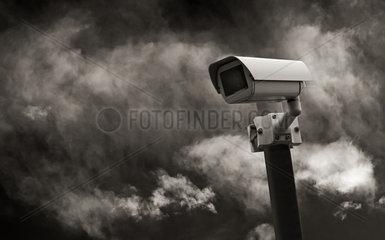 Ueberwachungskamera vor dramatischem Himmel