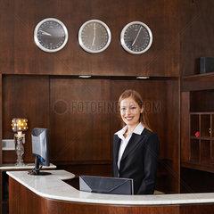 Empfangsdame an Rezeption im Hotel