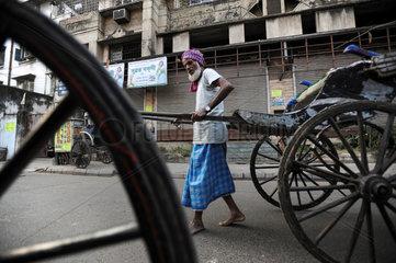 Kolkata  Indien  Asien  Ein Rikschalaeufer in den Strassen von Kolkata