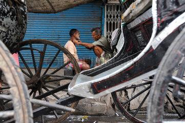 Kolkata  Indien  Asien  Rasur in den Strassen von Kolkata