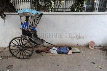 Kolkata  Indien  Asien  Ein Rikschalaeufer schlaeft am Strassenrand