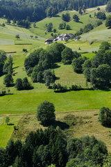 Todtnau  Deutschland  Bauernhof in der Berglandschaft bei Todtnau