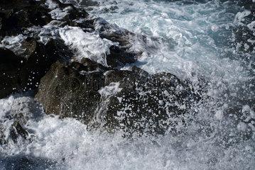 Sardinien  Italien  Wellen brechen an den Felsen am Strand der Costa Verde