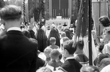 Dresden  DDR  Fronleichnamsprozession im Grossen Garten