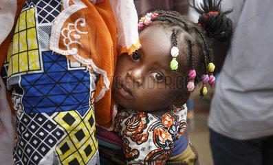 Afrikanisches Kind im Tragetuch