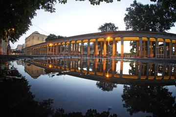 Deutschland  Berlin  Reflektionen auf der Museumsinsel