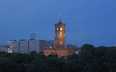 Deutschland  Berlin  das Rote Rathaus am Abend