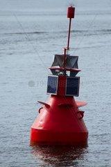 solarbetriebene rote Boje auf dem Wasser
