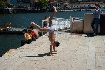 Porto  Portugal  Handstand am Ufer des Duero