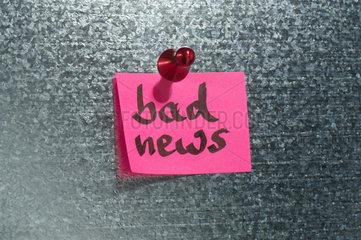 Hamburg  Deutschland  Notizzettel mit der Aufschrift bad News haengt an einer Magnetwand