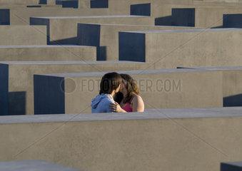 Paar k__sst sich im Holocaust Mahnmal