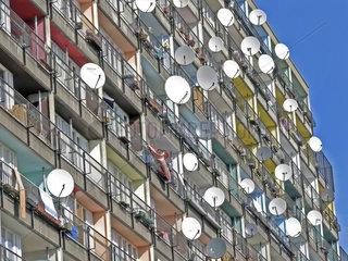 Satellitenschuesseln an Wohnhaus