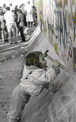 Maechen hackt am Berliner Mauer