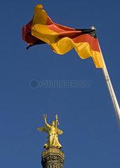 Siegessaeule Berlin Mitte mit deutscher Fahne