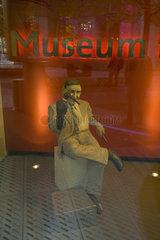 Figur mit Handpuppe im Fenster des Filmmuseums am Potsdamer Platz