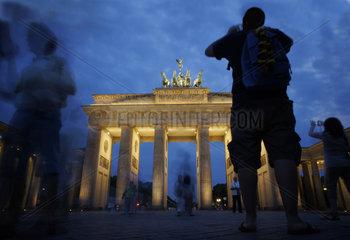 Deutschland  Berlin  Brandenburger Tor in der Daemmerung