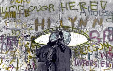 D-Berlin: Menschen vor Graffiti an der Mauer