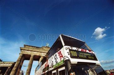 D-Berlin: Bus der Linie 100 vor dem Brandenburger Tor