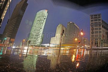 Berlin  Deutschland  Potsdamer Platz bei Nacht und Regen