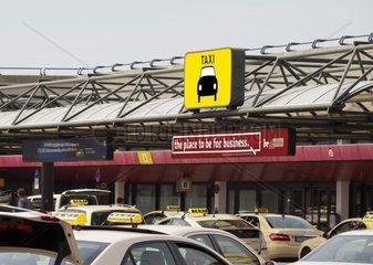Halteplatz fuer Taxis am immer noch bestehenden Flughafen Berlin-Tegel  Berlin  Deutschland