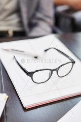 Brille liegt auf Dokumenten