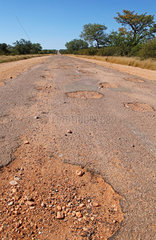 Piste mit Schlagloechern in Suedafrika  street with potholes in South Africa